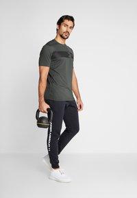 Under Armour - RAID GRAPHIC - T-shirt imprimé - baroque green/black - 1