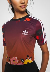 adidas Originals - GRAPHICS SLIM SHORT SLEEVE TEE - T-shirt print - multicolor