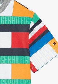 Tommy Hilfiger - BRIGHT FLAG TEE - T-shirt print - blue - 3