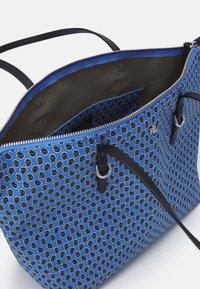 Lauren Ralph Lauren - KEATON TOTE-SMALL - Handbag - blue/off-white - 2