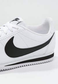 Nike Sportswear - CLASSIC CORTEZ - Sneakers basse - white/black - 5