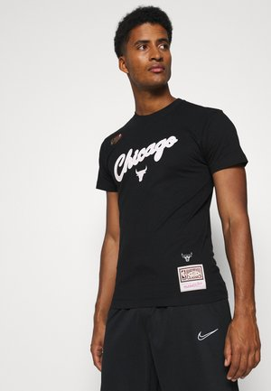 NBA CHICAGO BULLS CLOUDY SKIES CITY TEE - Klubové oblečení - black