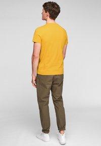 s.Oliver - MIT SCHRIFTPRINT - Print T-shirt - yellow good life print - 2