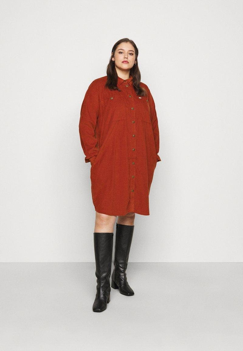 Lee Plus - WORKSHIRT DRESS - Shirt dress - red ochre