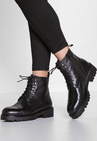 Vagabond - KENOVA - Kotníkové boty na platformě - black - 0