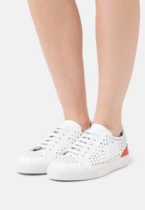 GYMNIC - Trainers - white/red