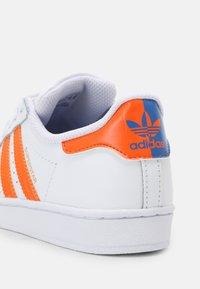 adidas Originals - SUPERSTAR UNISEX - Sneakers laag - white/blue/gold - 6