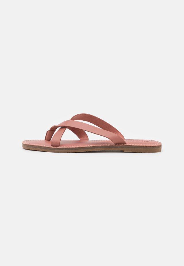 BOARDWALK LIV  - Sandály s odděleným palcem - rose dust