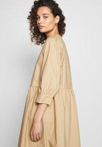 Moss Copenhagen - MINORA 3/4 DRESS - Denní šaty - travetine - 3