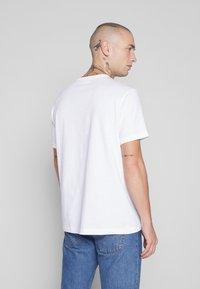 Champion Reverse Weave - Triko spotiskem - white - 2