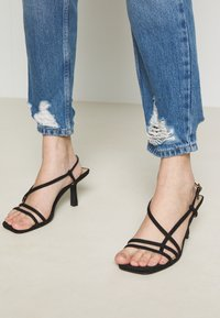 Topshop Petite - MOM RIP HEM - Jeansy Relaxed Fit - blue denim - 3