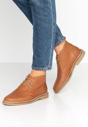 TYL - Volnočasové šněrovací boty - camel