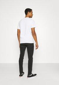 Levi's® - HOUSEMARK GRAPHIC TEE UNISEX - T-shirt z nadrukiem -  white - 2