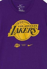 Nike Performance - NBA LA LAKERS ESSENTIAL LOGO UNISEX - Klubové oblečení - purple - 2