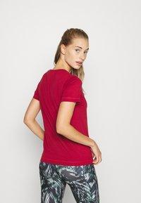 Champion - CREWNECK LEGACY - T-shirts med print - dark red - 2