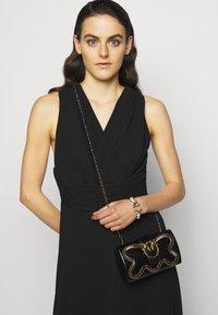 Pinko - LOVE PARTY SNAKE VINTAGE - Clutch - black - 1