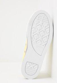 Converse - CHUCK TAYLOR ALL STAR PLATFORM EVA - Sneakersy niskie - zinc yellow/white - 5