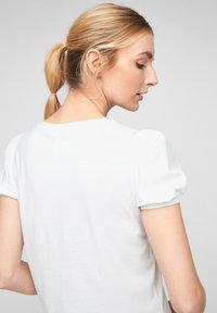 QS by s.Oliver - MIT PUFFÄRMELN - Print T-shirt - white - 5