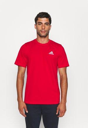 ESSENTIALS - T-shirt basic - scarlet
