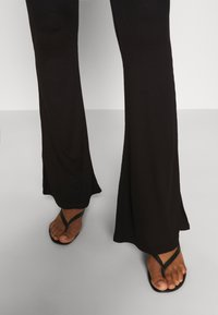 Missguided - 2 PACK FLARE  - Trousers - black/grey - 5