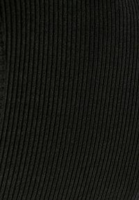 Bershka - KURZES, KÖRPERNAH GESCHNITTENES  MIT PATENTMUSTER  - Shift dress - black - 5
