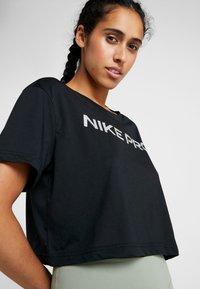 Nike Performance - DRY TEE PRO CROP - Print T-shirt - black/metallic silver - 4