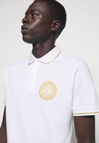 Versace Jeans Couture - ADRIANO LOGO - Polo - bianco - 5
