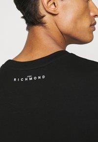 John Richmond - MCENROE - Print T-shirt - black - 5