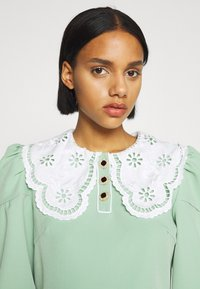 Sister Jane - TOURNAMENT COLLAR CROPPED BLOUSE - Blouse - green - 3