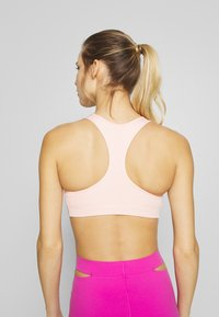 Nike Performance - BRA PAD - Sport-bh met medium support - washed coral - 2