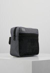 Urban Classics - CHEST BAG - Ledvinka - grey - 3
