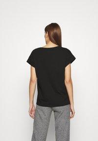 Moss Copenhagen - ALVA V NECK TEE - Basic T-shirt - black - 2