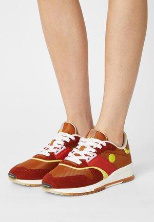 VIVI - Sneakers laag - rust brown/multi
