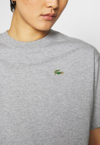 Lacoste LIVE - T-shirt print - heather wall chine - 4