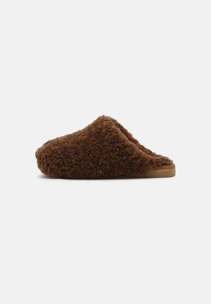 Kapcie - rusty brown