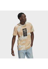 adidas Originals - CAMO AOP TONGUE - T-shirts print - grey - 0