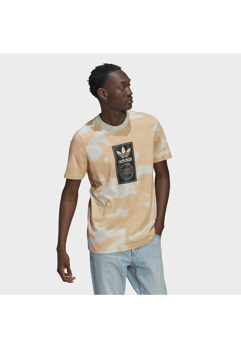 adidas Originals - CAMO AOP TONGUE - T-shirts print - grey