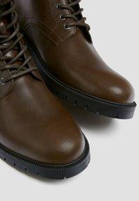 PULL&BEAR - Šněrovací kotníkové boty - brown - 5