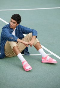 adidas Originals - PW ADILETTE  2.0  - Sandaalit nilkkaremmillä - hyper pop - 6