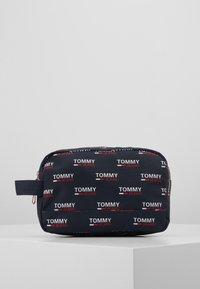 Tommy Jeans - TJM COOL CITY WASHBAG NYL PNT - Accessorio da viaggio - white - 0