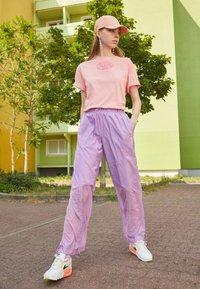 Von Dutch - ARI - Print T-shirt - peach - 1