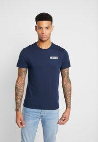 Levi's® - CREWNECK GRAPHIC 2 PACK - T-shirts med print - white/dress blues - 2