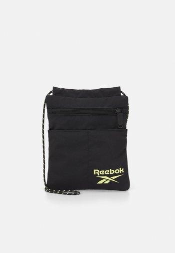 RETREAT CITY BAG UNISEX - Across body bag - black
