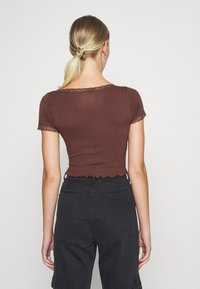 BDG Urban Outfitters - CROSS BABY TEE - Print T-shirt - chocolate - 2