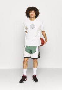 Nike Performance - TEE - T-shirt med print - pure - 1