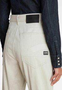 G-Star - C-STAQ 3D BOYFRIEND CROPPED - Relaxed fit jeans - ecru - 3