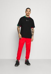Karl Kani - SMALL SIGNATURE TEE UNISEX - T-shirt con stampa - black - 1