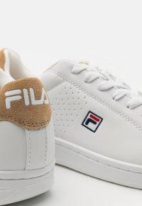 Fila - CROSSCOURT 2 - Tenisky - white/kaki - 5