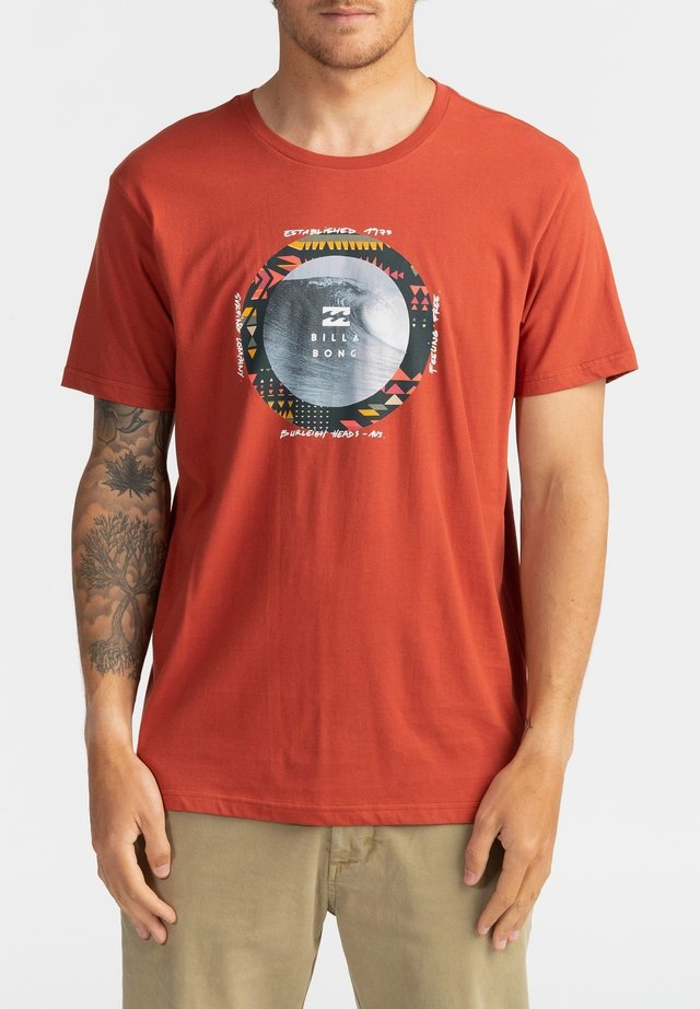 PLUG IN  - T-shirt con stampa - deep red