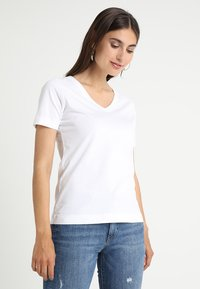 Zalando Essentials - Basic T-shirt - bright white - 0